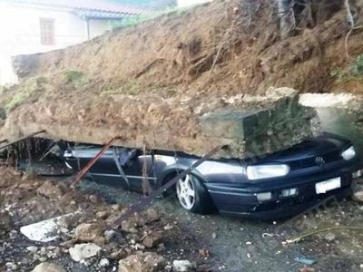 Ανδρίτσαινα - Κρέστενα: Δείτε πως έγινε αυτοκίνητο πάνω στο οποίο έπεσε τοιχος αντιστήριξης, στην Καλλιθέα - ΦΩΤΟ