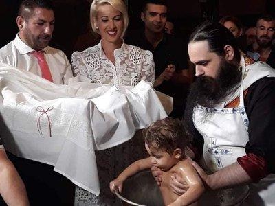 Κοσμικό γεγονός η βάπτιση της μικρής Αθηνάς Συνοδινού στο Γηροκομειό