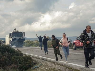 Αστυνομικοί σε κατοίκους της Λέσβου: «Γ@...