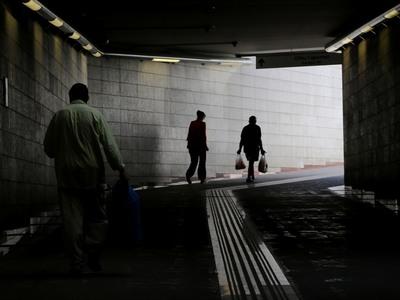 Ο κορωνοϊός φέρνει μειώσεις μισθών και χιλιάδες ανέργους