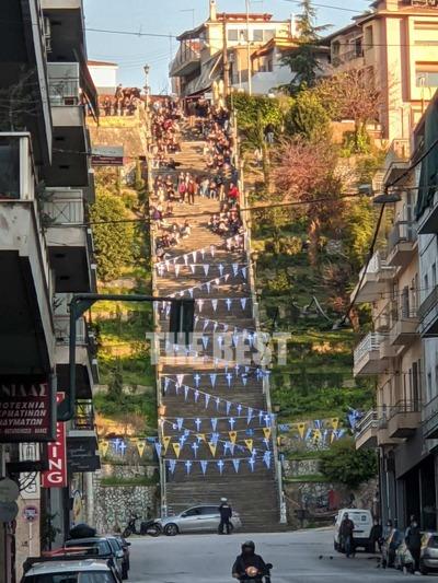 Πάτρα: Απόγευμα Σαββάτου στις σκάλες της Αγ. Νικολάου- «Πονοκέφαλος» για την αστυνομία το «στέκι»