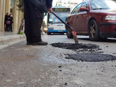 Συνεργεία του δήμου της Πάτρας κλείνουν λακκούβες με τα.. κουβαδάκια - Οι βροχοπτώσεις δημιούργησαν... παγίδες - ΦΩΤΟ
