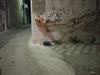 Πάτρα: Τα σκουπίδια κρεμασμένα στον τοίχ...