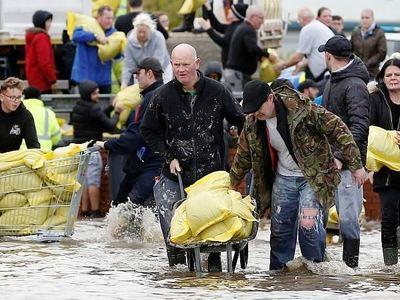 Αγγλία: Μια νεκρή από τις σφοδρές βροχοπ...