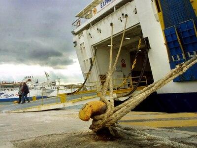 """""""Δένουν"""" τα πλοία στα λιμάνια ..."""