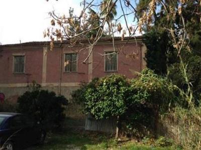 Το εγκαταλειμένο κτίριο στη Μέση Αγυιά τ...
