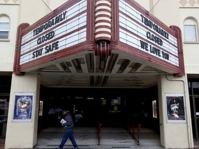 Οι ΗΠΑ κλείνουν τα σινεμά τους μετά από ένα ιστορικό χαμηλό εισπράξεων 22 ετών στο box office
