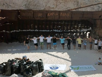Εθελοντές καθάρισαν το «Ναυάγιο» της Ζακύνθου και χόρεψαν «Ζορμπά»!