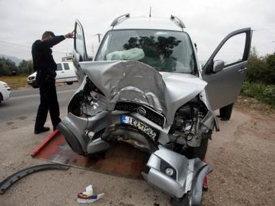 Τροχαίο το πρωί στη Ν.Ε.Ο. Πατρών - Πύργου κοντά στα Καμίνια - Αυτοκίνητο έπεσε στις προστατευτικές μπάρες
