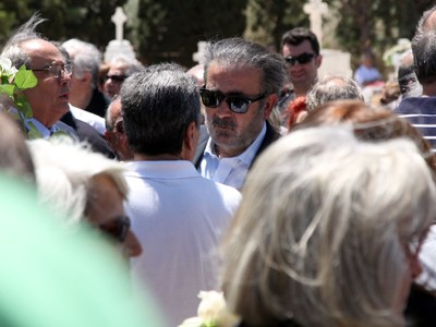 Συγκλόνισε ο Λάκης Λαζόπουλος στην κηδεί...