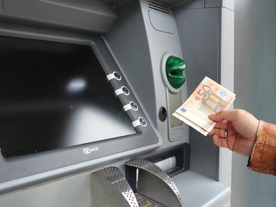 Μπαράζ πληρωμών τις επόμενες ημέρες για συντάξεις και επιδόματα