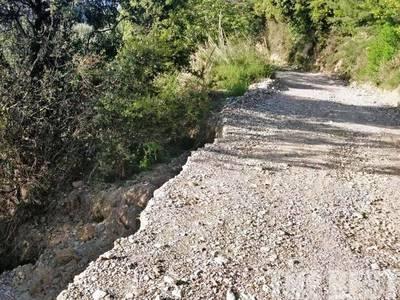 Προσεύχονται να μην πιάσει φωτιά στο Άνω Καστρίτσι - Παραμένει κομμένος ο δρόμος