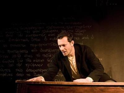 """Μία επιπλέον παράσταση του """"Αμερικάνου"""" θα δοθεί στο Δημοτικό θέατρο """"Απόλλων"""" την Τρίτη 9 Απριλίου 2013"""