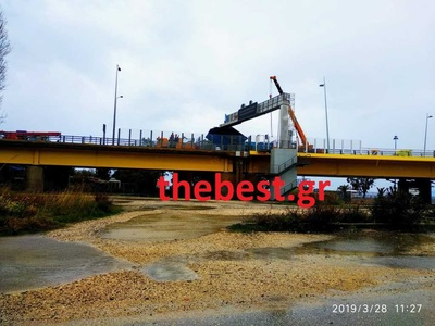 Tην πήρε και τη σήκωσε την καρότσα τη νταλίκας στη Γέφυρα - Κλειστό το ρεύμα από Αντίρριο προς Ρίο - ΦΩΤΟ & ΒΙΝΤΕΟ