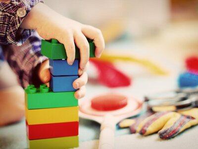 Πώς να βοηθήσετε το παιδί σας να μοιράζε...