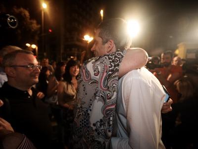 Η αγκαλιά της Ντόρας στο γιο της και τα ξέφρενα πανηγύρια της Αλεξίας Μπακογιάννη