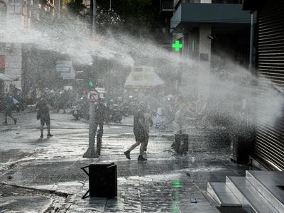 Αθήνα: Νερό με τις αύρες για να διαλύσου...