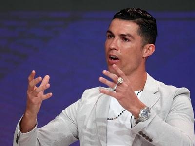 Ρονάλντο: Κραυγαλέα (και κακόγουστα) «φορτωμένος» με διαμάντια σε συνέντευξη στο Ντουμπάι