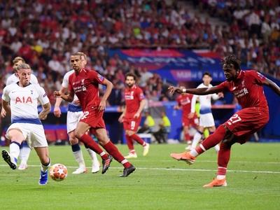 Η UEFA ανέβαλε τους τελικούς Champions κ...