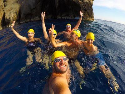 Κολύμπησαν από τη Ρω έως το Καστελόριζο για να βοηθήσουν τα παιδιά