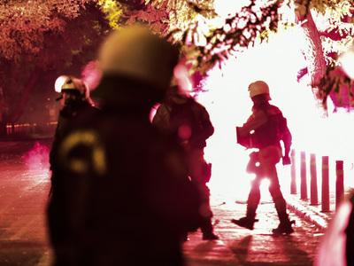 Επεισόδια στα Εξάρχεια- Αστυνομικοί χτύπ...
