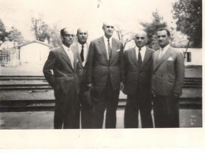 Στο άκρο αριστερά ο Βασίλης Μάρκου. Στη μέση ο Γεώργιος Παπανδρέου και στο άκρο δεξιά ο Τάκης Κατσικόπουλος