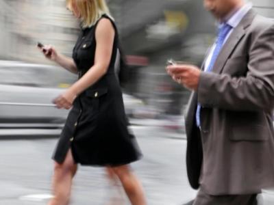 Έρευνα: Γράφετε στο κινητό καθώς περπατά...