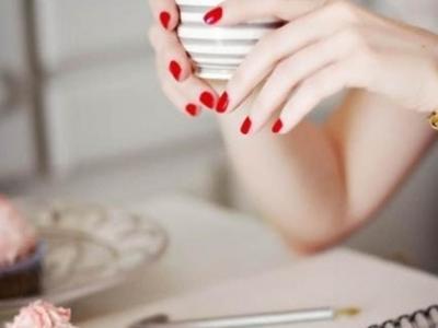 Δες μια πανέμορφη ιδέα που θα ανανεώσει το κόκκινο μανικιούρ!