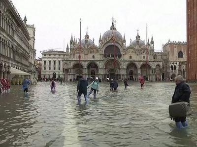 Βενετία: Βόλτα στην πλατεία Αγίου Μάρκου μόνο με... γαλότσες!