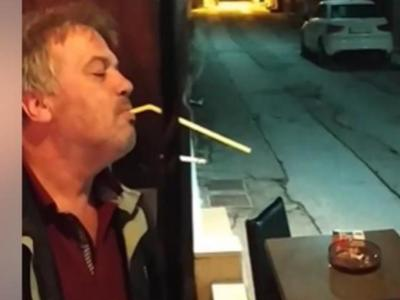Όχι που δεν θα έβρισκε τρόπο να καπνίσει στο καφενείο... Η πατέντα του Σερραίου που έγινε viral!