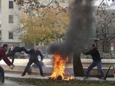 Βουλγαρία: Γυναίκα αυτοπυρπολήθηκε έξω α...