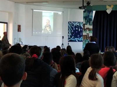 Ο Στέλιος Κυμπουρόπουλος και οι μαθητές του 16ου δημοτικού Αγρινίου