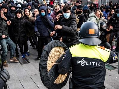 Ολλανδία: Διαδηλώσεις κατά του κορωνο-πά...