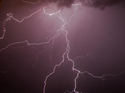 Ρεσιτάλ κεραυνών στην Ελλάδα την ώρα που ο υδράργυρος έδειχνε... 39 βαθμούς!