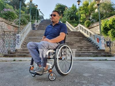 Ο Γολγοθάς της κίνησης με αναπηρικό αμαξ...