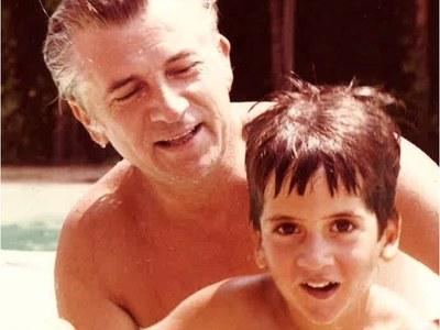 Η φωτογραφία του μικρού Κώστα Μπακογιάννη με τον Παύλο - 30 χρόνια από την δολοφονία Μπακογιάννη