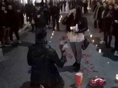 Πρόταση γάμου με κεριά και σημειώματα στ...