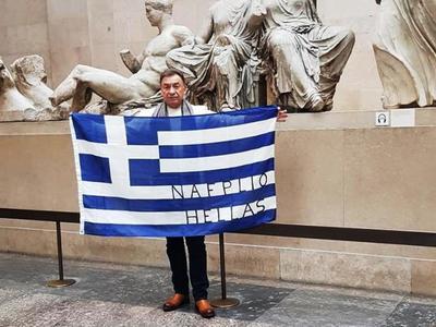 Σήκωσε την ελληνική σημαία μπροστά από τα κλεμμένα μάρμαρα του Παρθενώνα-ΦΩΤΟ