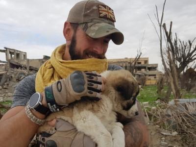 Έσωσε ένα κουτάβι και έκανε τη ζωή τους ...βιβλίο