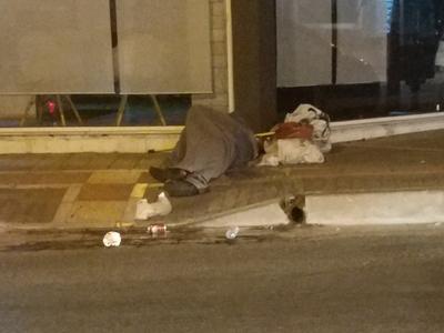 Ο άστεγος της οδού Παπαφλέσσα στην Πάτρα