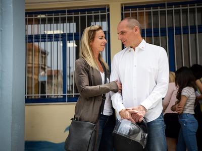 Τα ερωτευμένα βλέμματα Βαρουφάκη - Δανάης Στράτου στο εκλογικό τμήμα