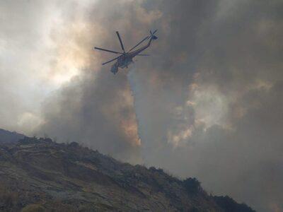 Ανεξέλεγκτη καίει μεγάλη πυρκαγιά στην Εύβοια