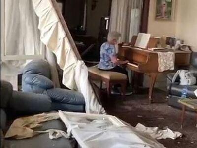 Γιαγιά στη Βηρυτό παίζει πιάνο μέσα στο ...