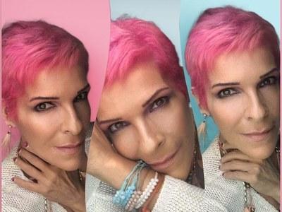 Και η Σοφία Βόσσου με κοντά ροζ μαλλιά!