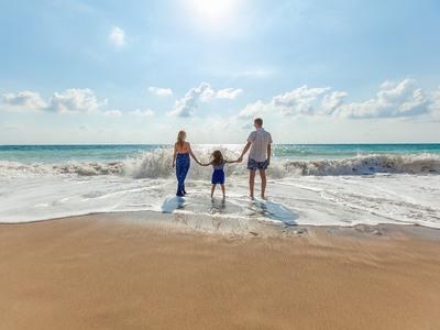 Οι Βρετανοί λατρεύουν τις διακοπές στην Ελλάδα με τα παιδιά τους και προτείνουν...