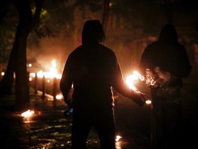 Επίθεση κουκουλοφόρων με μολότοφ κατά αστυνομικών