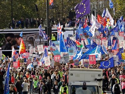 Brexit: Ξανά ΟΛΑ στον αέρα- Μεγάλη διαδήλωση στο Λονδίνο
