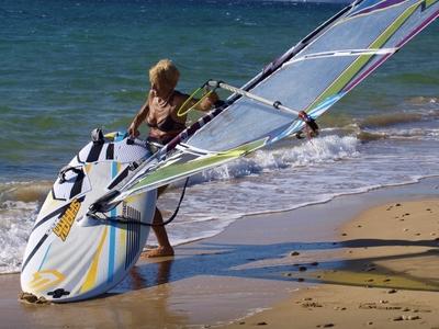 Μπήκε στο βιβλίο Γκίνες η 81χρονη windsurfer - Έκανε το Κεφαλλονιά-Κυλλήνη σε 6 ώρες!