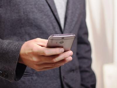 Γνωστός παρουσιαστής συνελήφθη για κλοπή κινητού τηλεφώνου!