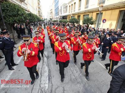 Πάτρα: Με μαύρες κορδέλες παρέλασαν οι μουσικοί της δημοτικής Μπάντας